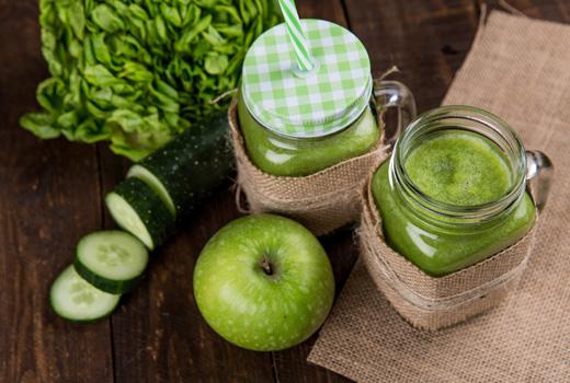 Плодове, смути, зелена салата